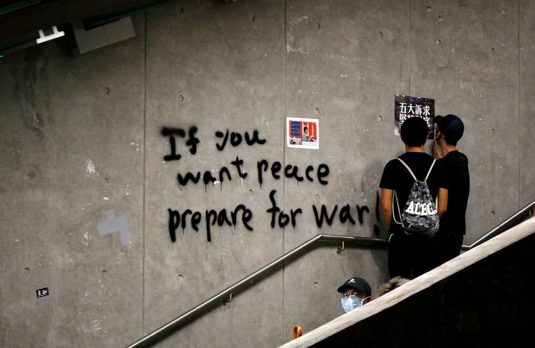 香港反送中抗爭者在牆上留下塗鴉。攝於8月19日。 圖/路透社
