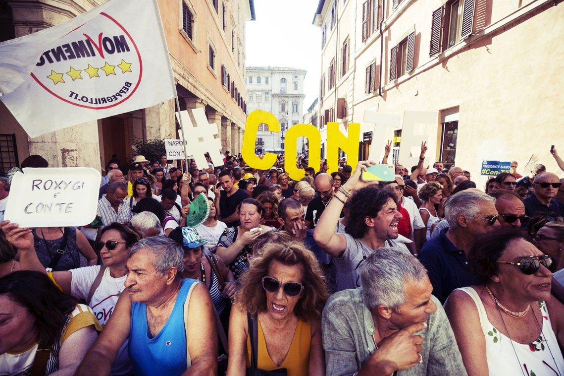 圖為20日,五星運動與孔蒂的支持者街頭聲援。 圖/歐新社