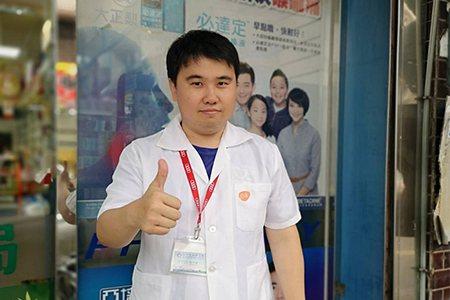 大芳藥局藥師陳仲斌建議選擇天然溫和的腸胃藥能舒緩腸胃不適。 圖/大幸藥品 提供