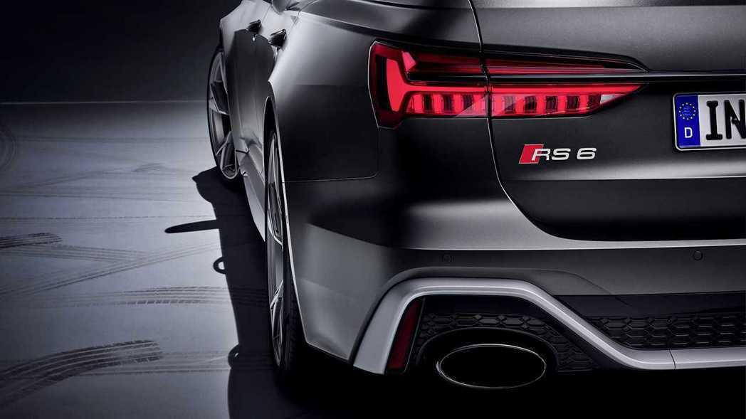 RS6的銘牌與口徑巨大的排氣管,讓人肅然起敬。 摘自Audi