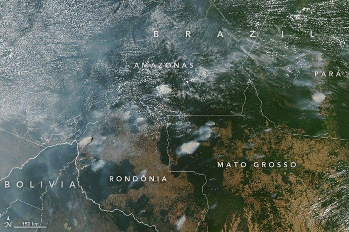 根據衛星圖可見,巴西境內的亞馬遜森林,其上空出現大火產生的煙霧瀰漫。根據INPE...