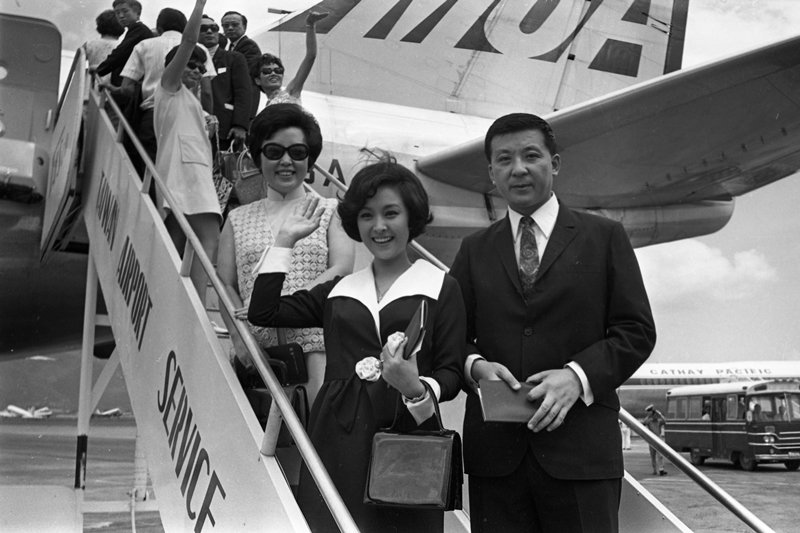 中影女星甄珍(中)與母親(左)、導演李行(右),攝於1969年。 圖/聯合報系資...
