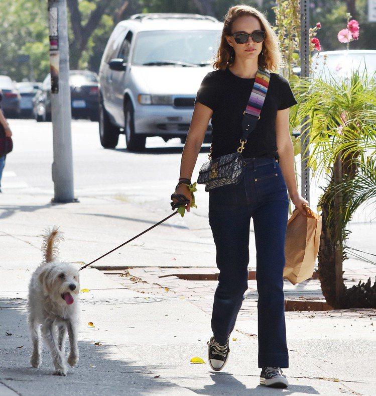 娜塔莉波曼遛狗時穿著輕便。圖/達志影像