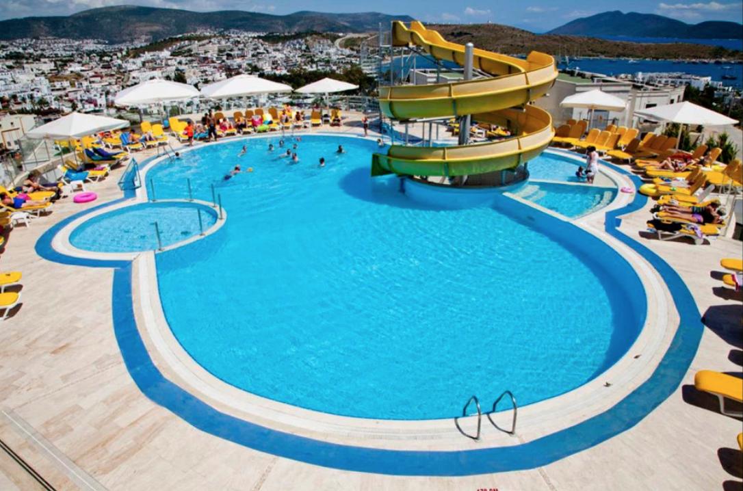 一位俄羅斯12歲女孩被土耳其四星級酒店【游泳池】的排水管吸住,送醫後昏迷不醒。圖...