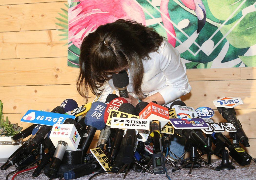 謝忻記者會上鞠躬跟Grace、阿翔以及阿翔孩子、爸爸和媽媽道歉。記者徐兆玄/攝影