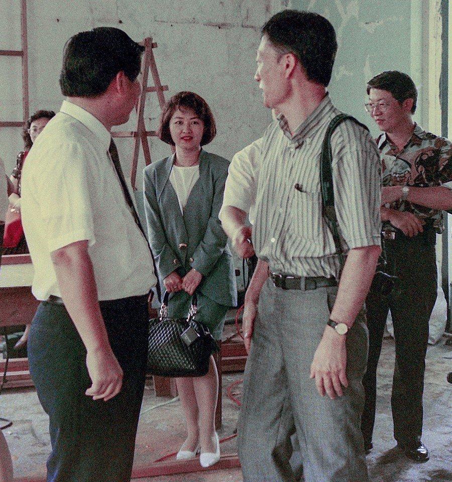 台中市長盧秀燕25年前踩著白色高跟鞋,穿著正式套裝卻害羞的用手提包遮擋短裙,與四...
