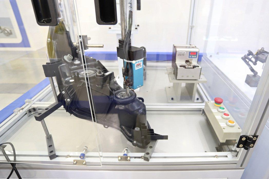 Epson在台北國際自動化展中特與合作夥伴打造各種生產情境,圖為精密螺絲操作。 ...
