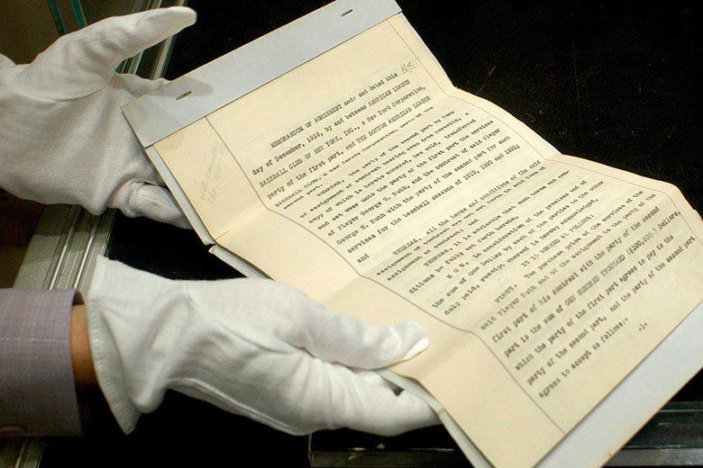 紅襪在1919年把貝比魯斯轉賣給洋基的正式文件,在後來的拍賣中以99萬6000美...
