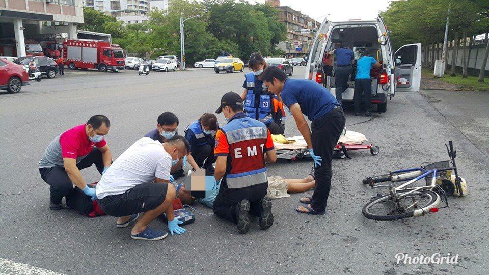 台南市有一名老伯伯在路上牽著腳踏車,突然身體不適倒地且無呼吸心跳,永康復興消防分...