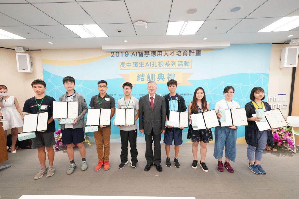 經濟部長沈榮津頒發獎狀,表揚本系列活動之傑出學生。 智策慧/提供
