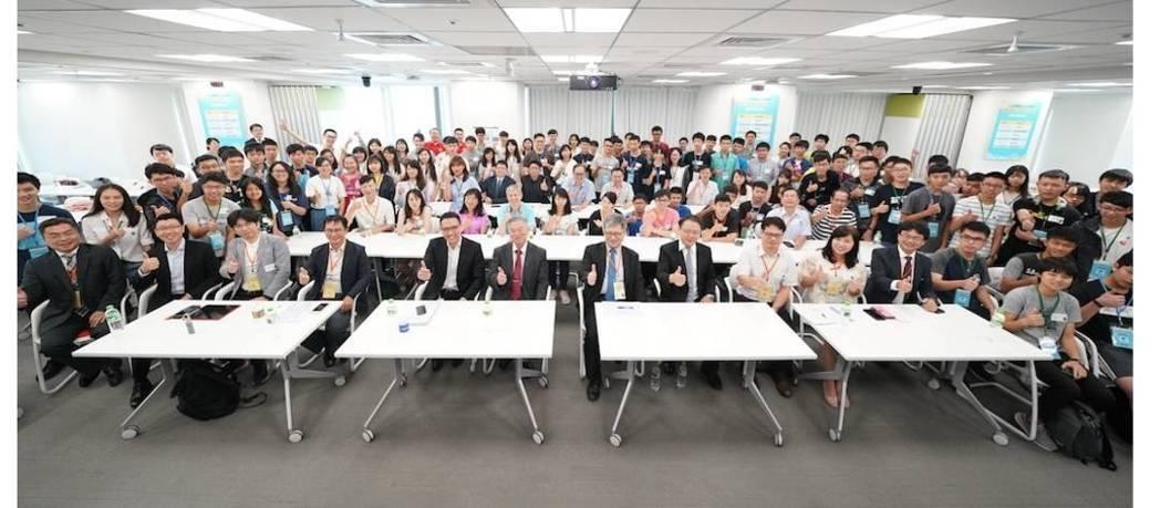 「高中職生AI扎根系列活動」今(21)於台灣微軟總部舉辦結訓典禮。前排左三起為新...