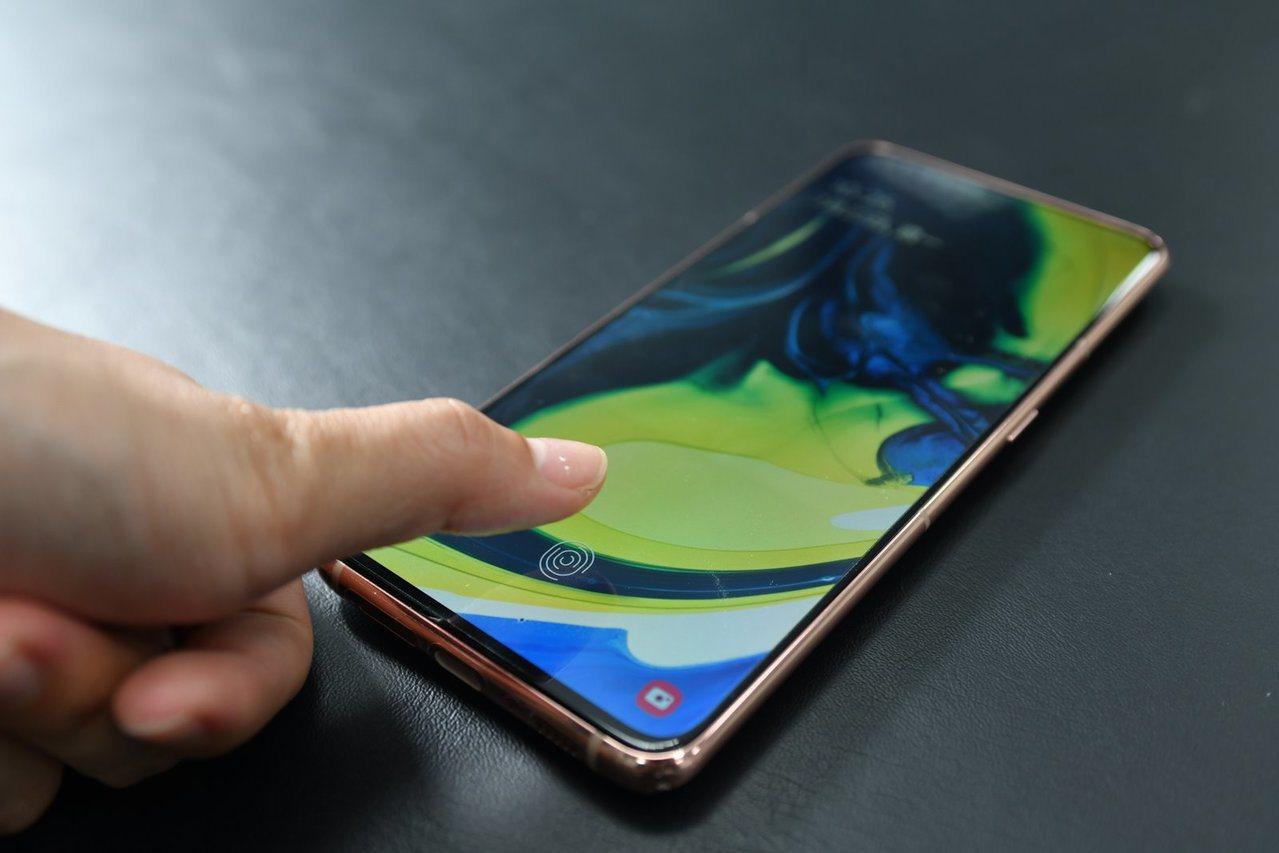 消費者偏愛全螢幕的手機,也讓螢幕下指紋辨識(FOD)成為最新趨勢。分析師說,未來...