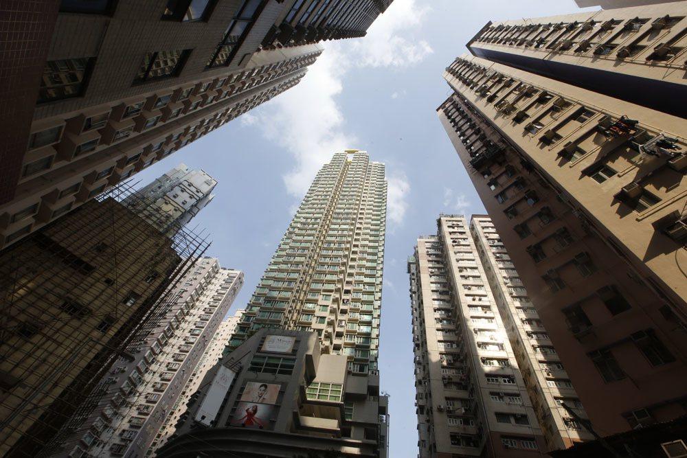 香港過度高昂的房價,造成社會弱勢階層的痛苦。攝影/郭晉瑋