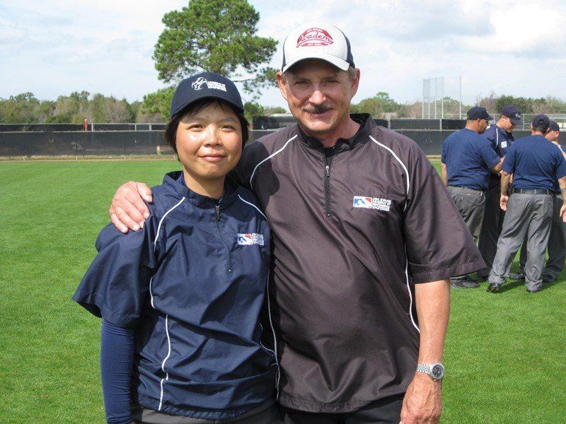 劉柏君(左)經常為國際球隊擔任翻譯,或赴國際裁判學校研習。 (照片提供/劉柏君)