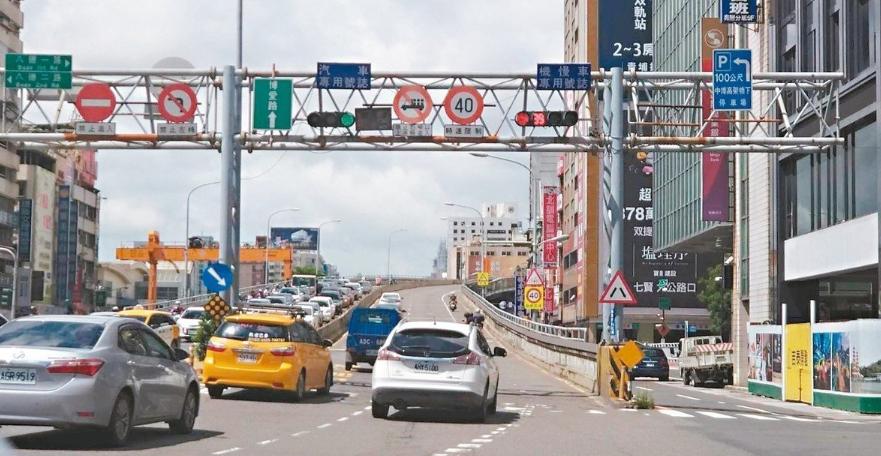 中博高架橋承擔了貫通南北高雄16%的車流量,預定在站西道路貫通啟用後,2020年...