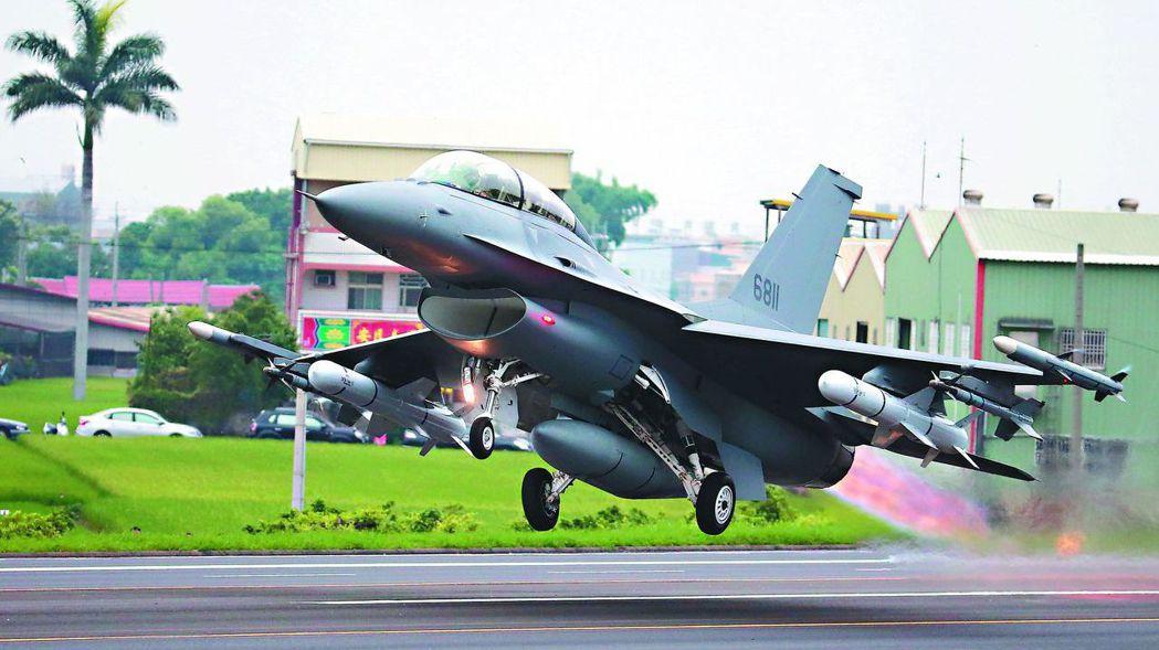 在國內自戰備跑道起飛的F-16戰機。 報系資料照