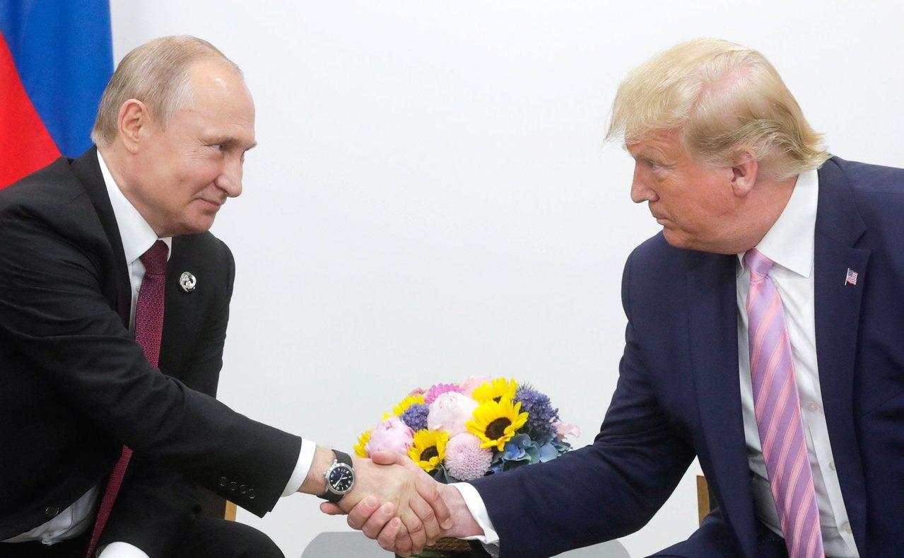 美國總統川普(右)與俄羅斯總統普亭會談檔案照。歐新社