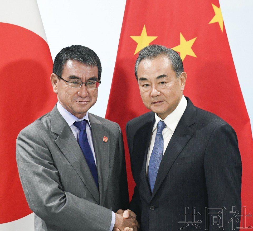 日本外務大臣河野太郎(左)20日在北京與中共國務委員兼外交部長王毅舉行會晤。取自...