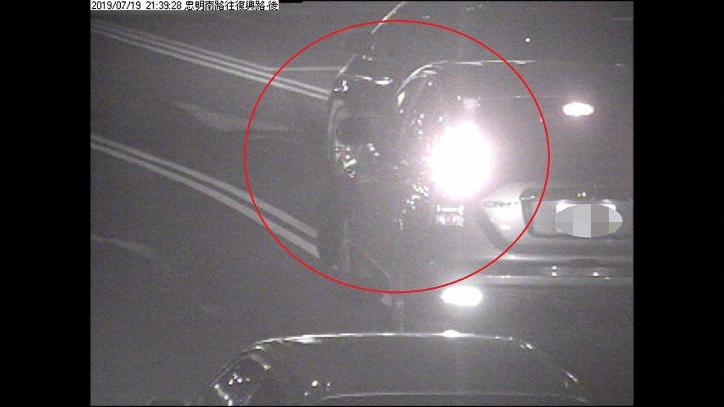 台中市張姓男子的休旅車在上月中旬行經南區時,遭陳姓女子的轎車撞掉前保桿,肇事過程...