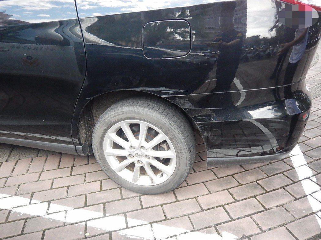 台中市張姓男子的休旅車在上月中旬行經南區時,遭陳姓女子的轎車撞掉前保桿,陳女轎車...