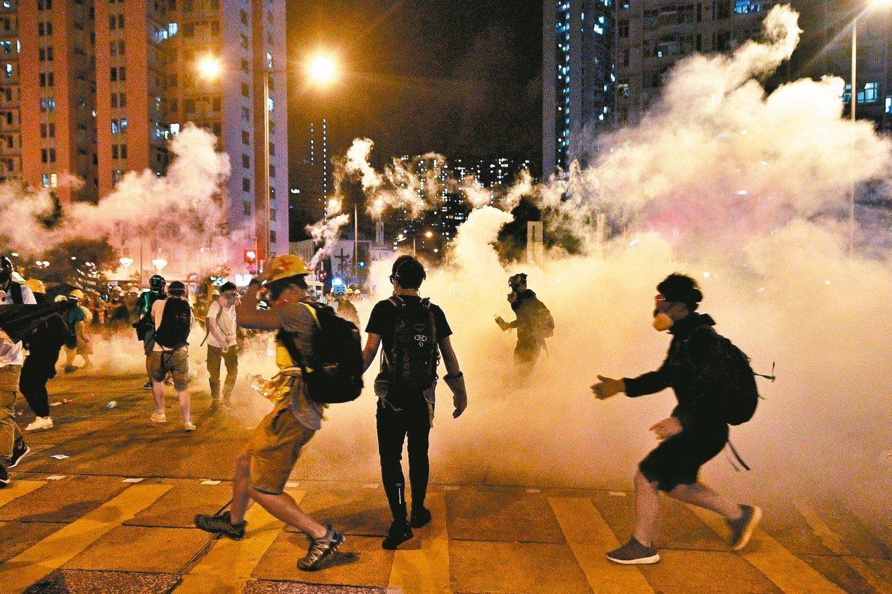 香港反送中示威者和警方在黃大仙廣場爆發衝突。 (法新社)