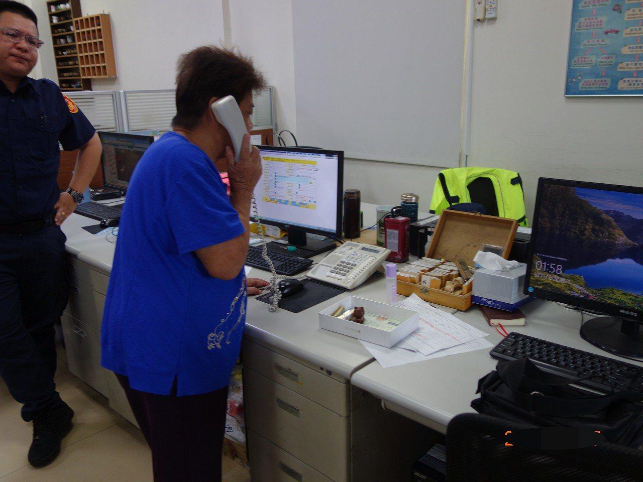 80歲康老太太經警方積極協尋,電話聯絡上多年未見好朋友。記者黃宣翰/翻攝