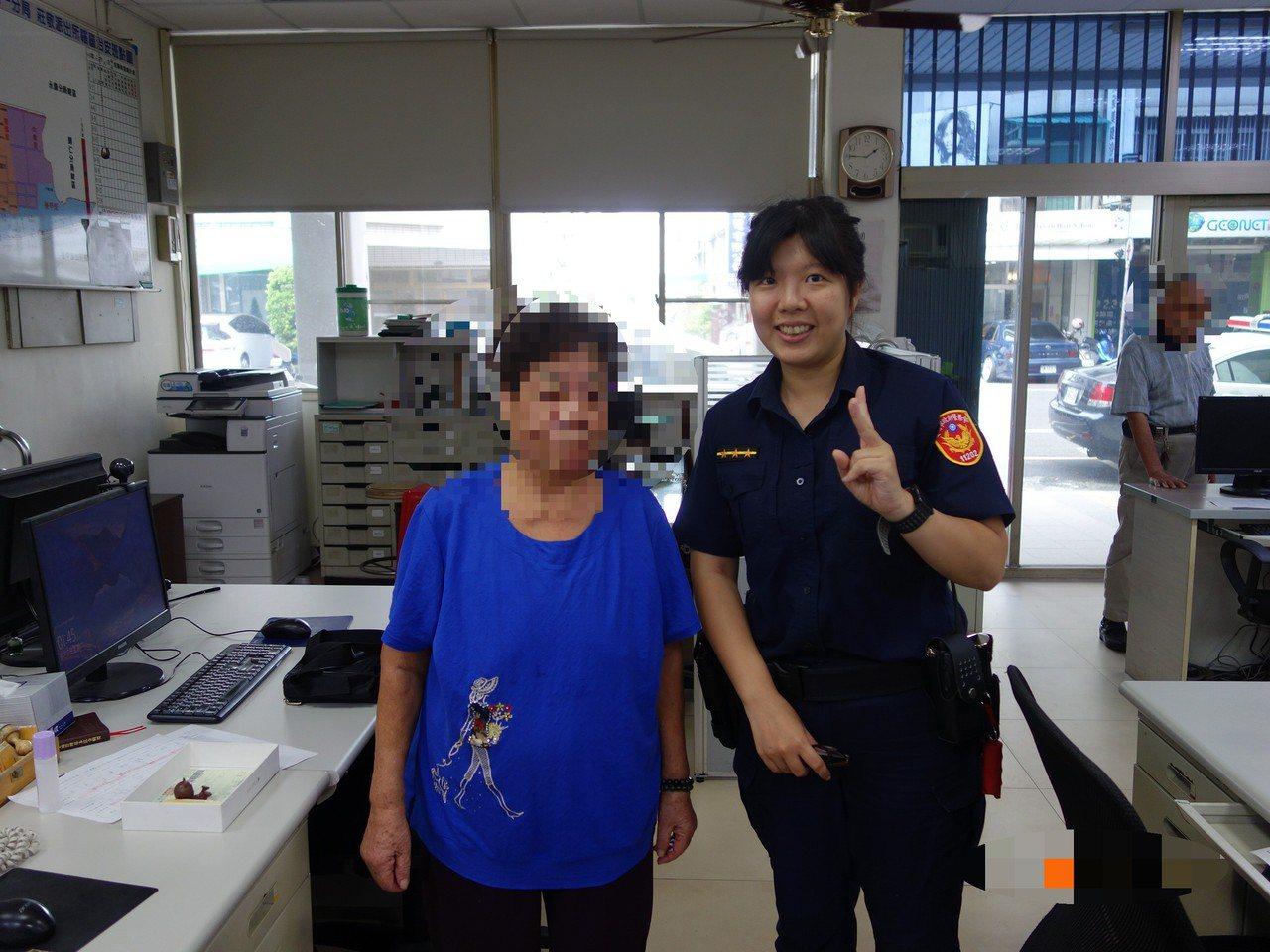 台南市警一分局莊敬派出所女警謝育真(右),熱心協助康老太太找到失散多年好友。記者...