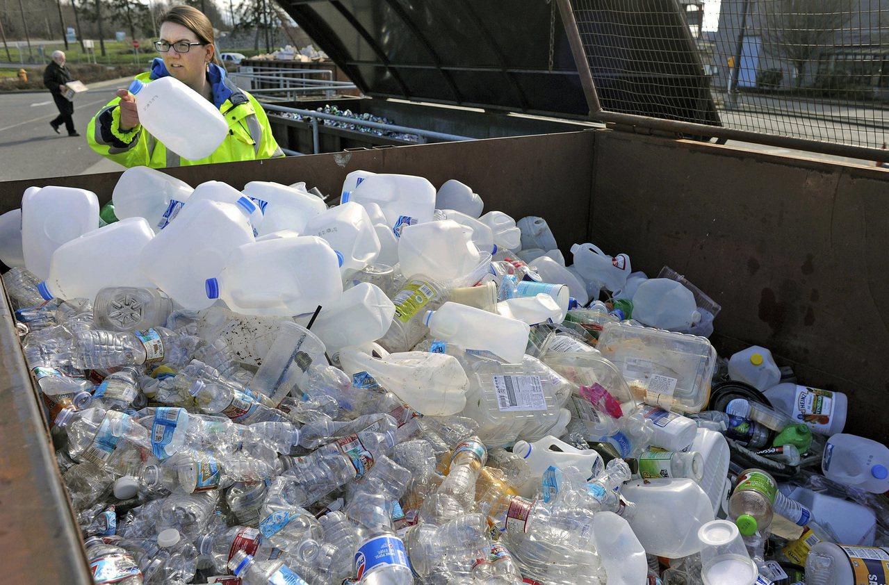 中國去年禁洋垃圾後,美國回收業者提倡循環經濟以解決垃圾問題,呼籲消費者和消費者產...