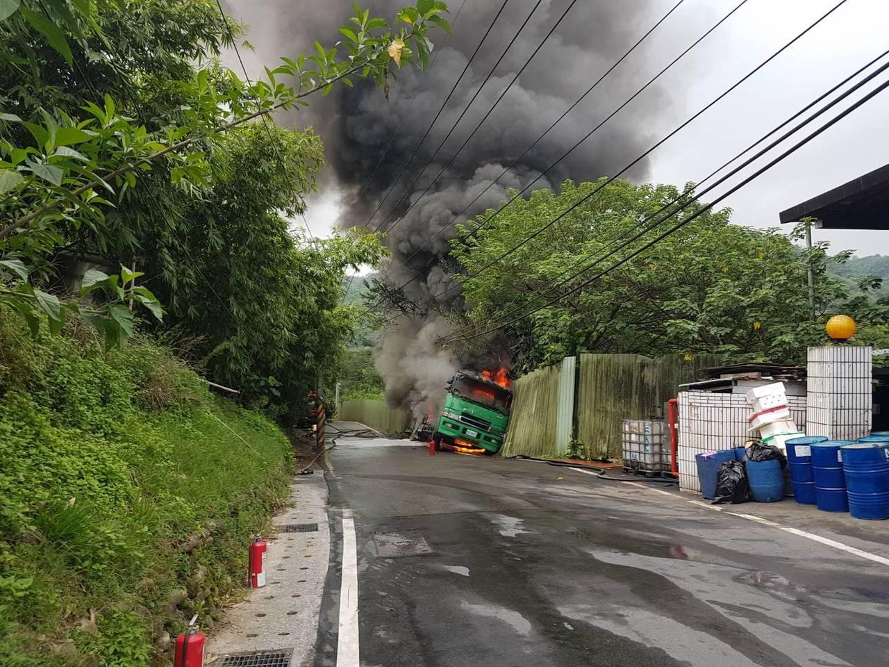 1輛載運有毒二甲苯溶劑的化學槽車,今天上午在新北市觀音山區衝撞松香水工廠圍牆,起...