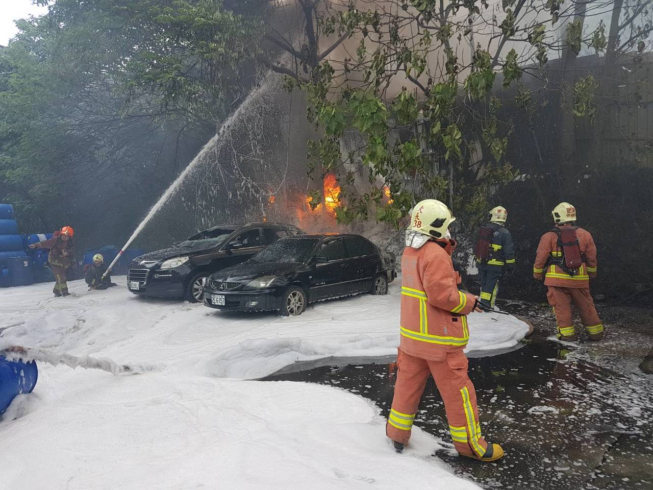 火警波及工廠內2輛汽車。記者林昭彰/翻攝