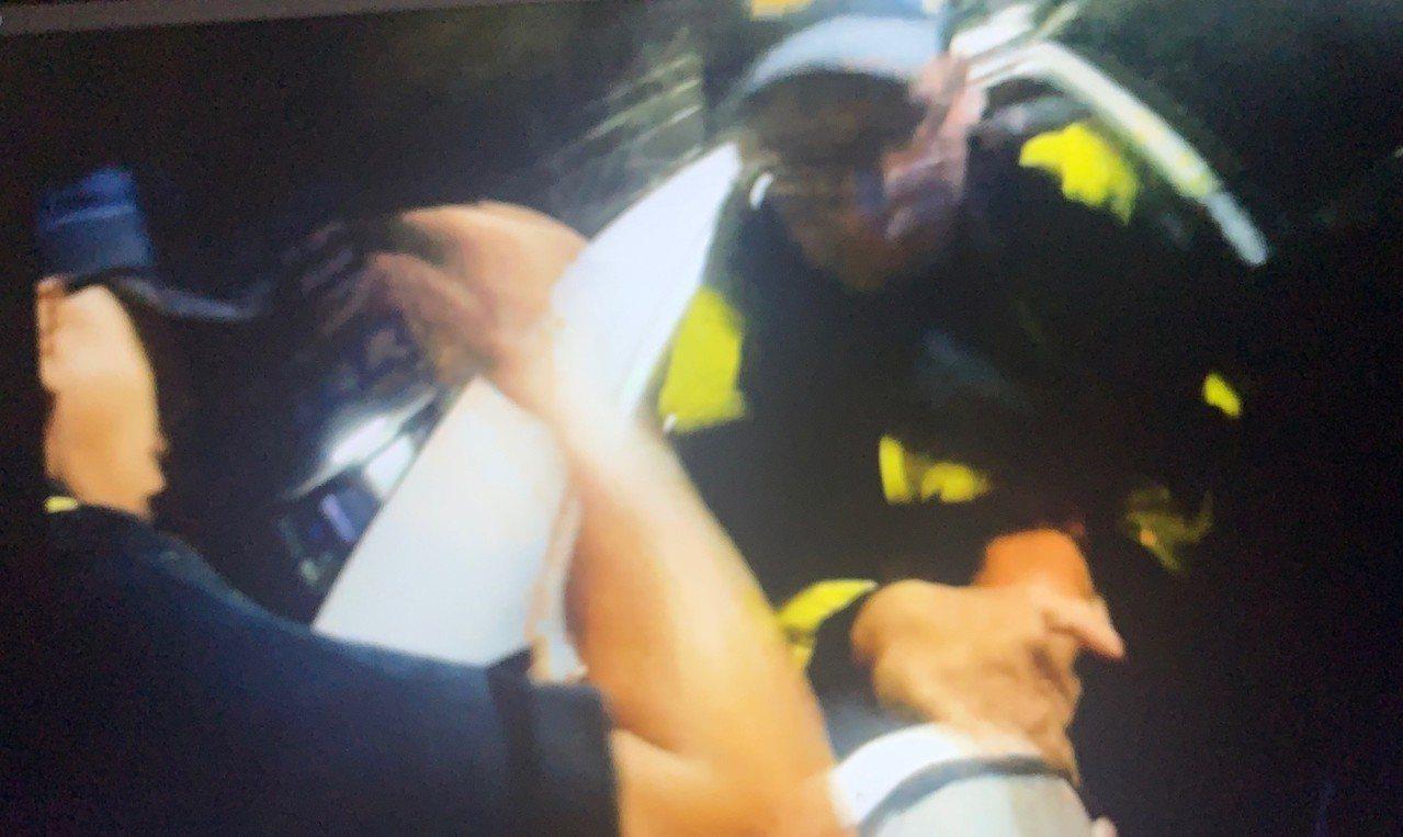 警方壓制涉嫌嗆警的洪姓男子。記者林保光/翻攝