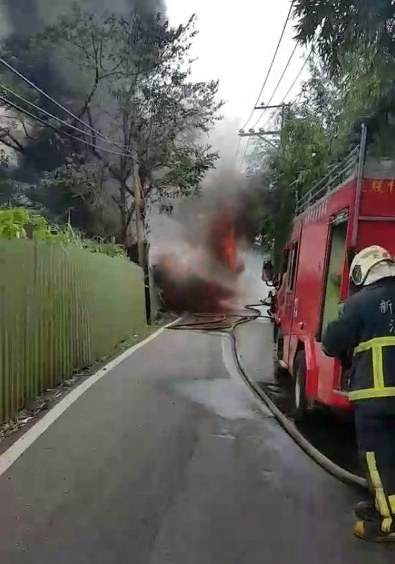 消防隊用化學泡沫持續滅火。記者林昭彰/翻攝