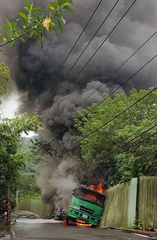載運有毒二甲苯溶劑的化學槽車,今天上午在新北市觀音山區衝撞松香水工廠圍牆,起火燃...