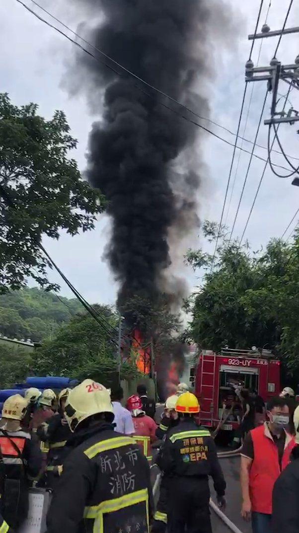 起火的化學槽車整整載運8千公升有毒二甲苯溶劑,雖然火勢已控制,但一時仍無法撲滅。...