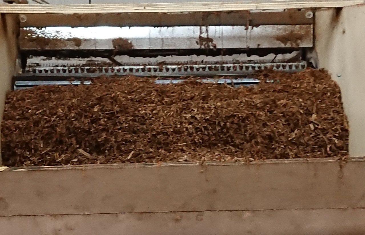 彰化林姓男子找來6名外籍勞工在福興鄉內開設製菸工廠,並從國外進口11公噸製菸廢料...