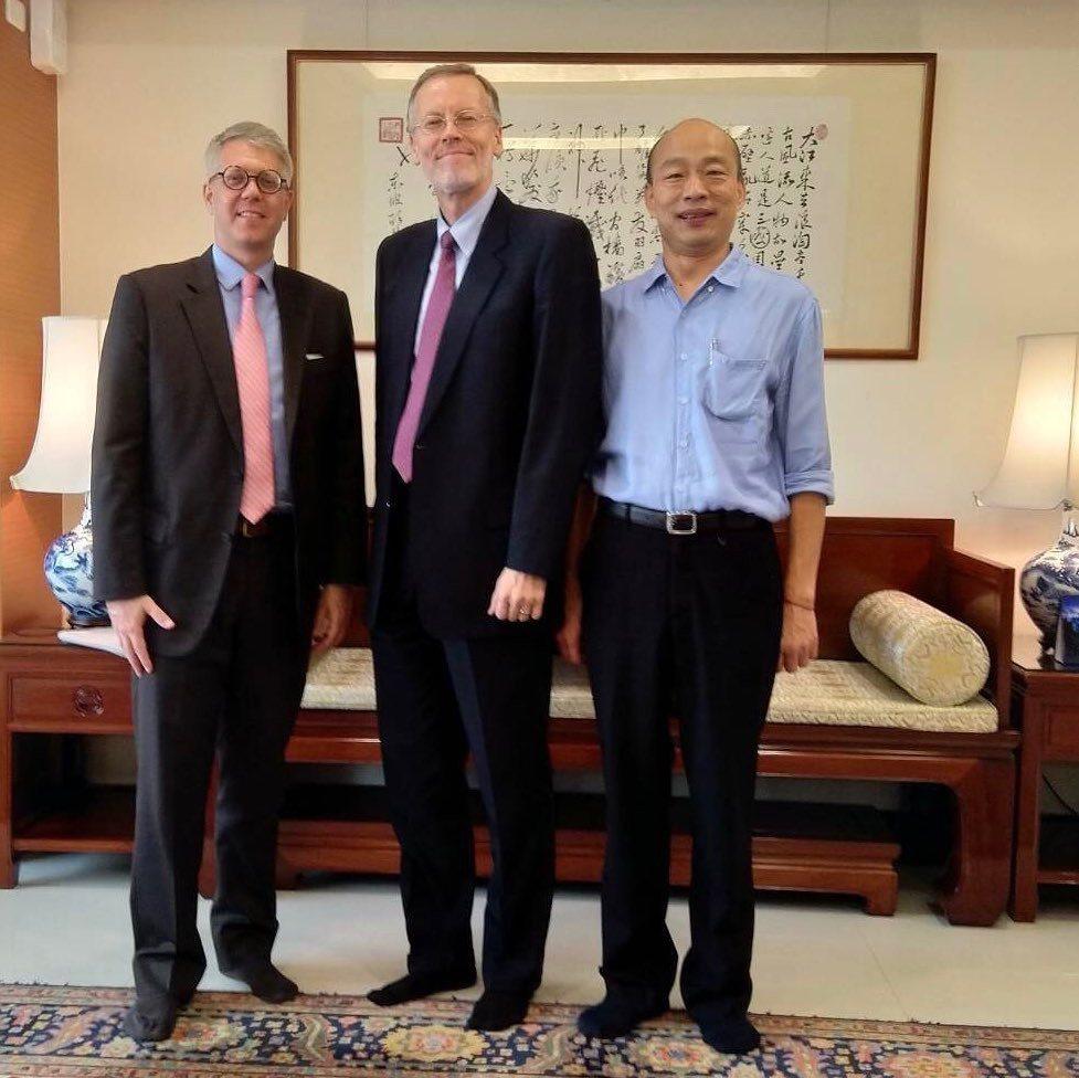 站在中央的酈英傑以側身入鏡,乍看下好像「背對」高雄市長韓國瑜,有網友說「老美肢體...