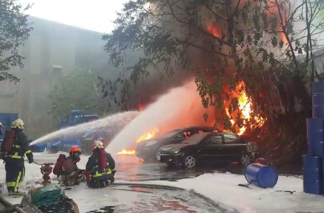 化學槽車載運的有毒二甲苯溶劑外漏,火勢有增大趨勢。記者林昭彰/翻攝