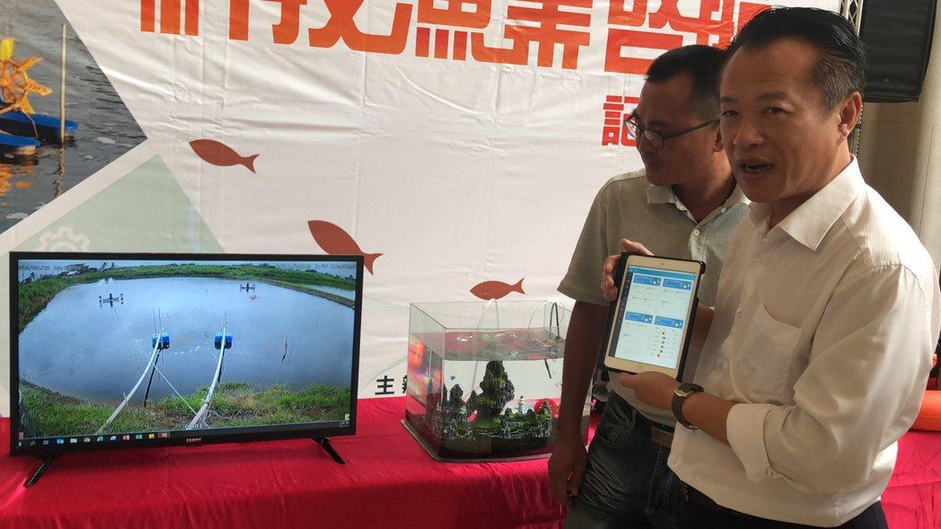 嘉義縣長翁章梁(右)拿平板電腦,在陳泓碩指導下,操作平虛擬按鍵,透過遠端操作啟動...