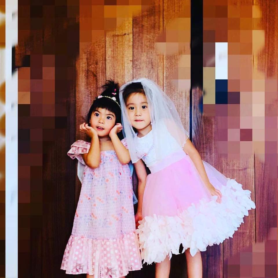 咘咘(右)、Bo妞都愛公主裝扮。圖/摘自臉書