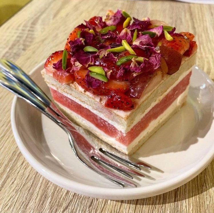 許多網友特地來品嘗人氣甜點「草莓西瓜蛋糕」。IG @555ashin555提供