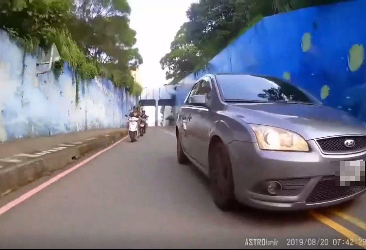 這輛車被懷疑惡意逼車,並跨越雙黃線逆向超車。圖/重機騎士提供