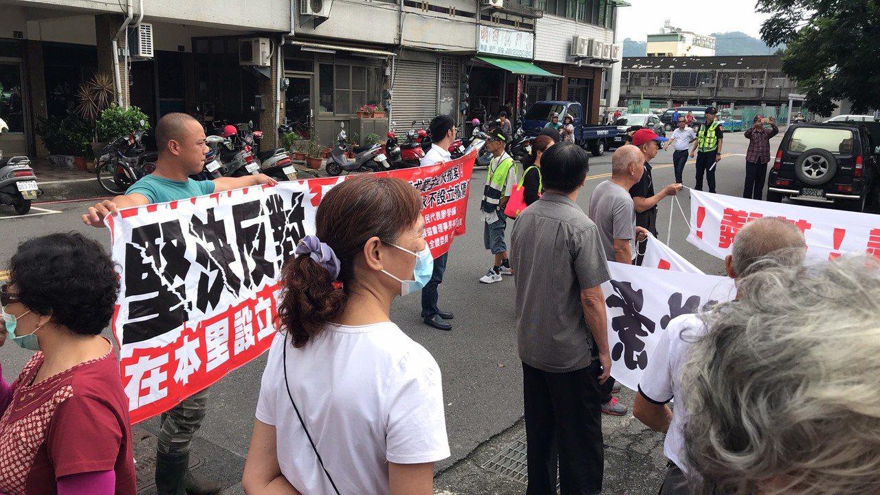 南投縣軍功里上百名居民今天一早到縣府陳情,抗議業者興建殯儀館。圖/讀者提供