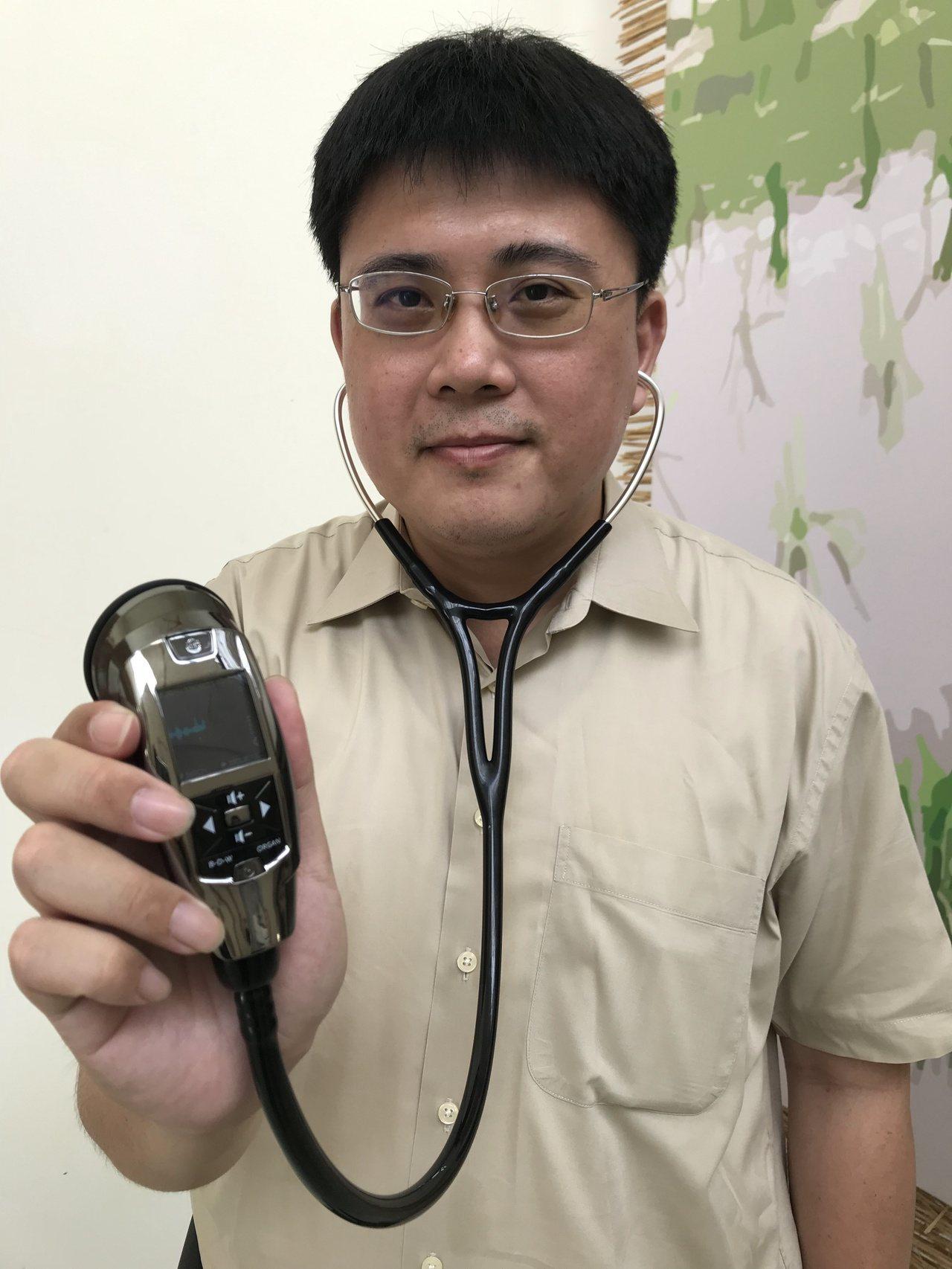 創心醫電醫療長鄭垂軒展示電子聼診器。記者李珣瑛/攝影