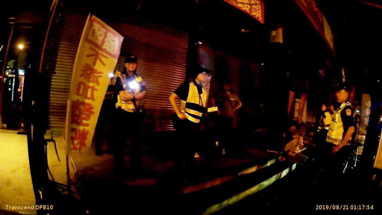 高雄市左營區一家酒吧今深夜凌晨赫有酒客互毆,涉案人等依違反社會秩序維護法究辦。記...