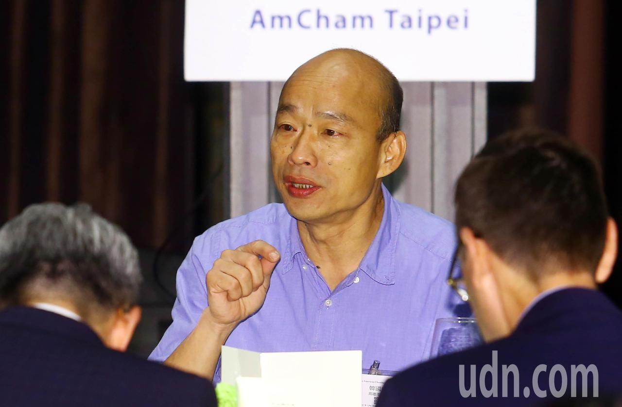 韓國瑜中午在台北市美國商會所舉辦的午餐會中與同桌的美商會員交換意見。記者杜建重/...