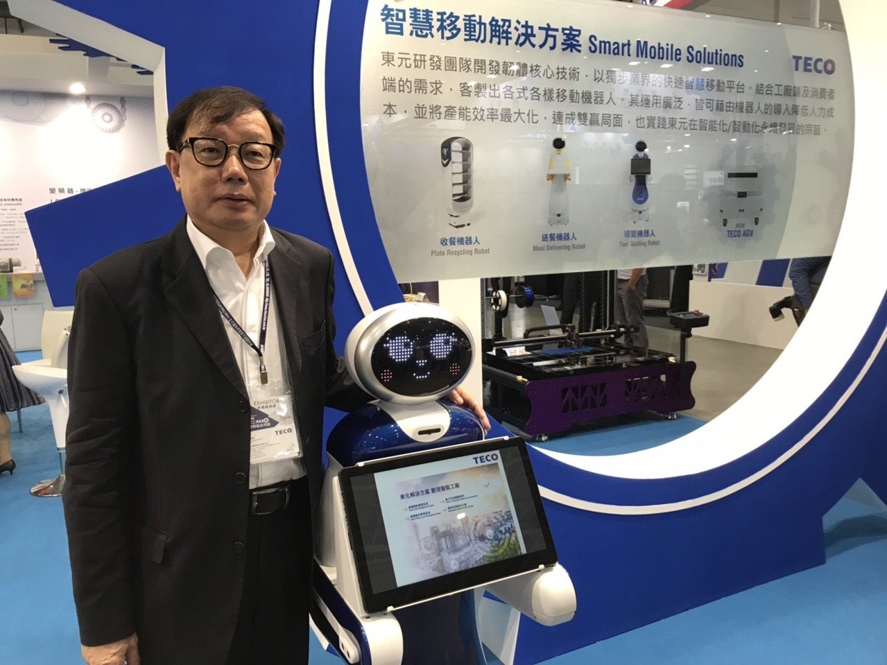 東元自動化暨智能系統事業部協理林勝泉展示導覽機器人。記者蔡銘仁/攝影