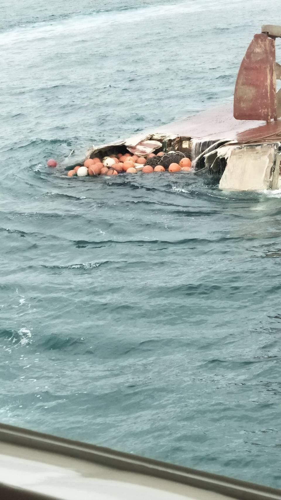 一般漁船今天在彰化王功外海疑被碰撞沈船,6人驚險被救起。圖/海巡署提供