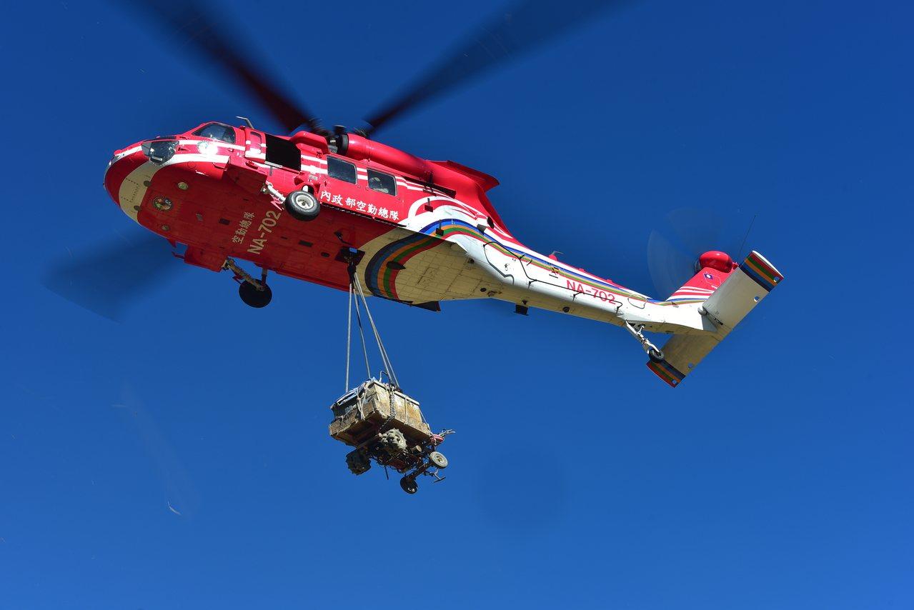 一般漁船今天在彰化王功外海疑被碰撞沈船,6人驚險被救起,空勤隊直升機也協助救人。...