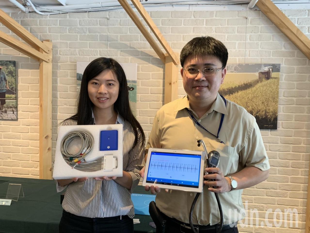 創心醫電醫療長鄭垂軒展示無線12導程心電儀及電子聽診器。記者陳斯穎/攝影