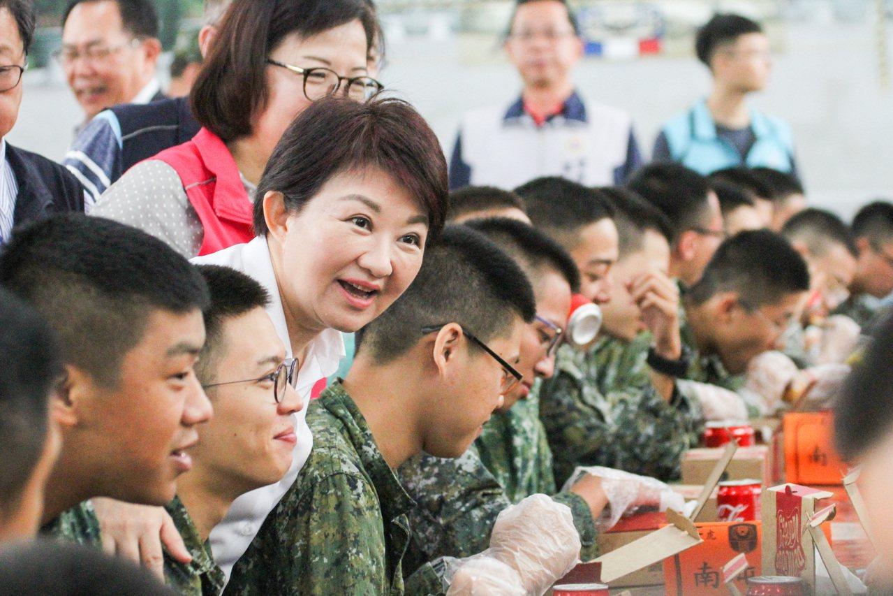 台中市長盧秀燕今天帶著美味炸雞和可樂,慰勞成功嶺營區接受陸軍軍事訓練的台中市籍役...